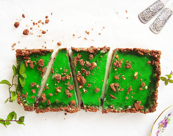 Mint and White Chocolate No Bake Bars: delicious butter cookie crust with white chocolate and refreshing mint jelly layer.