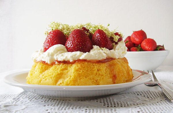 6 – inch Sponge Cake with Strawberries