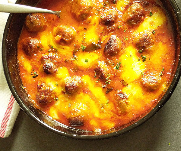 Italian Turkey Meatballs Mozzarella Bake : perfect week dinner, Italian way, served with slices of rustic bread and lettuce.